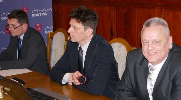 Przewodniczący rady miejskiej Grzegorz Skorupski z zastępcami: Leszkiem Dworczakiem i Mirosławem Żywickim (z prawej).