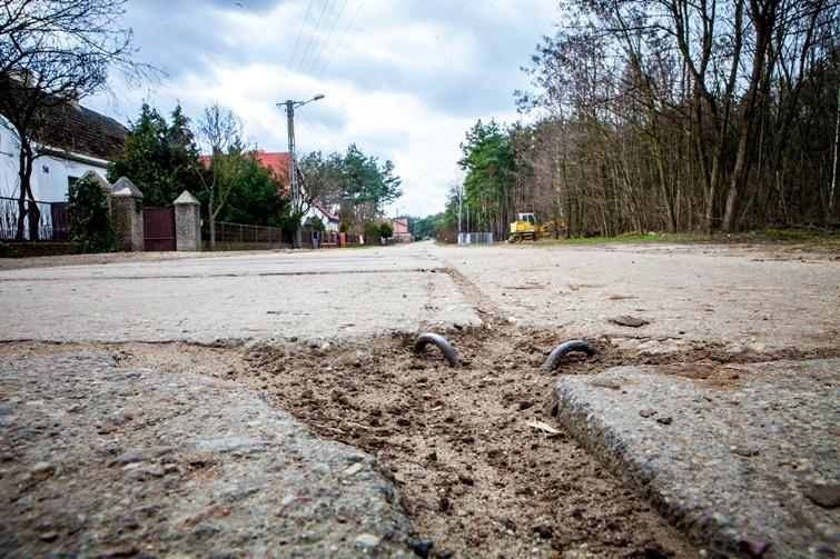Powiatowa droga w Stankowie od 40 lat czeka na remont. Fot. Darek Woźniak